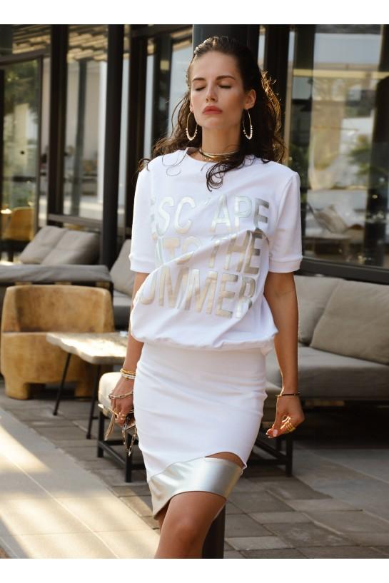 Biała jeansowa spódnica zakończona srebrnym elementem.
