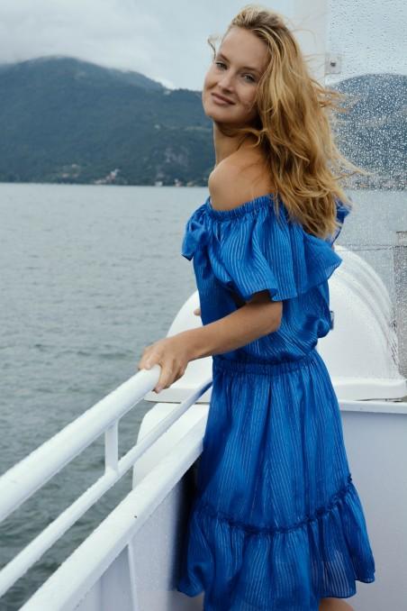 Niebieska sukienka z odsłonietymi ramionami z falbankami