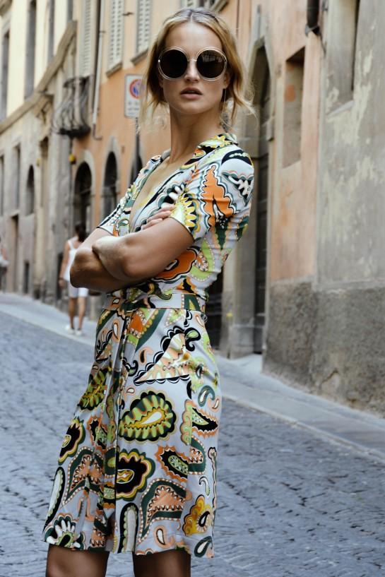 Sukienka kopertwa we wzory