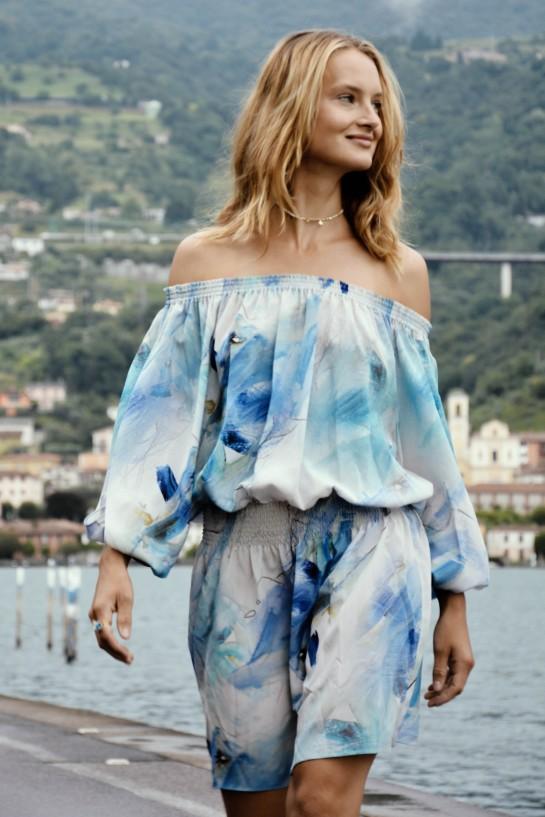 Niebiesko-biała sukienka z odsłoniętymi ramionami