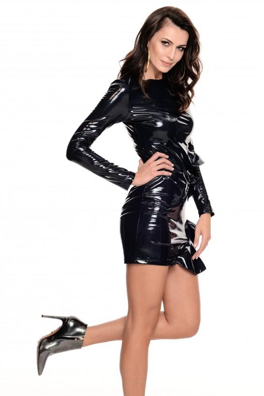 Czarna lateksowa sukienka z falbanką
