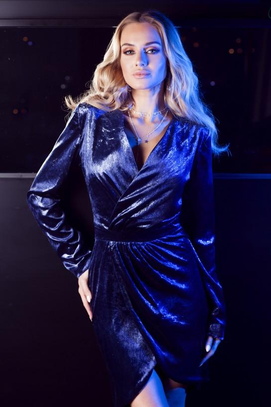 Niebieska welurowa sukienka z długim rękawkiem