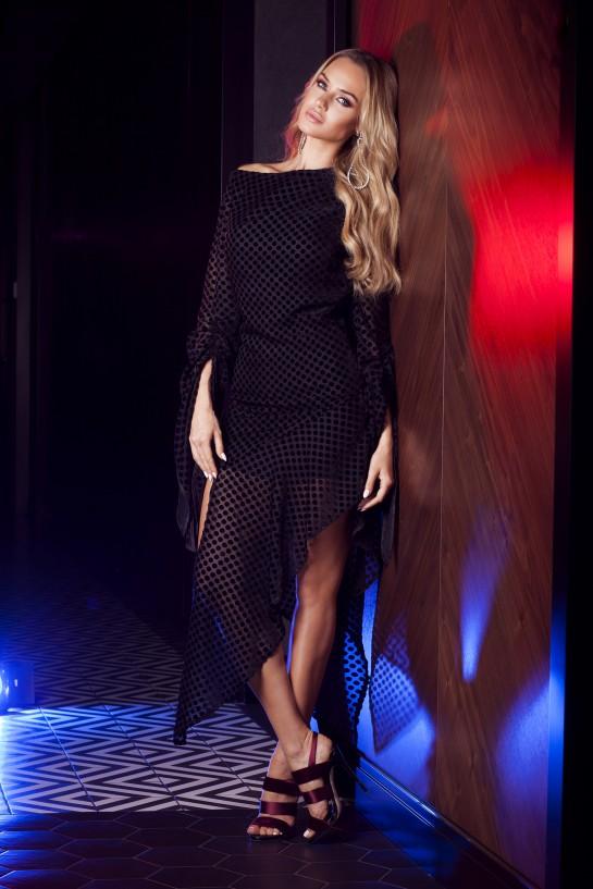 Sukienka w czarne groszki