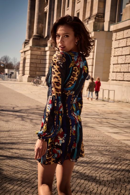 Sukienka z głębokim dekoltem