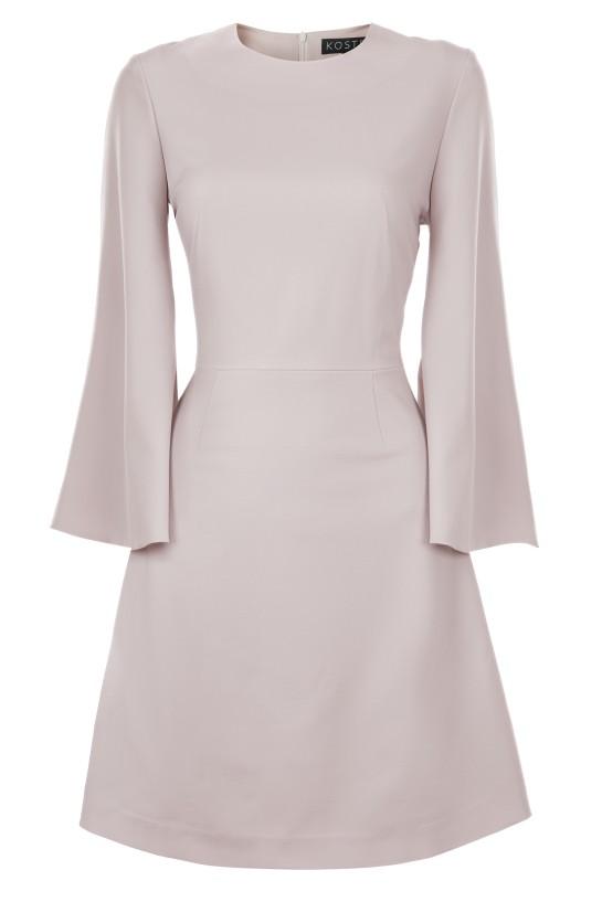 pudrowa sukienka z rozkloszowanymi rękawami
