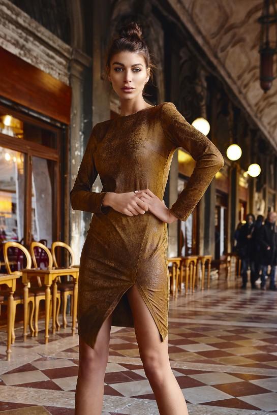 Sukienka z rozcięciem