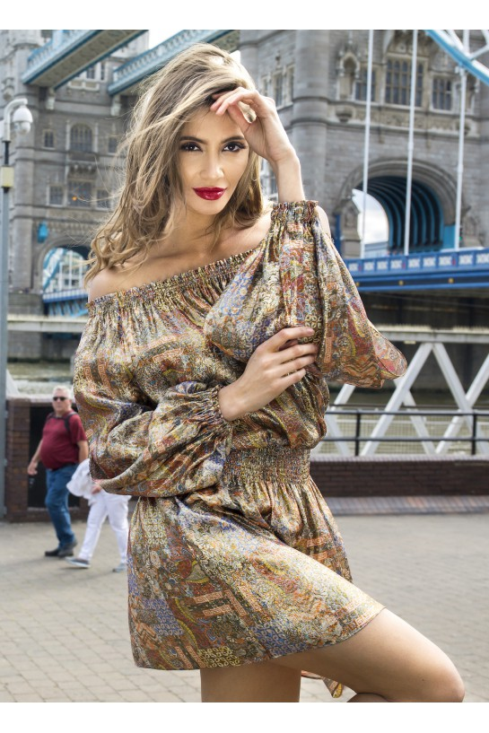 Sukienka z odsłoniętymi ramionami