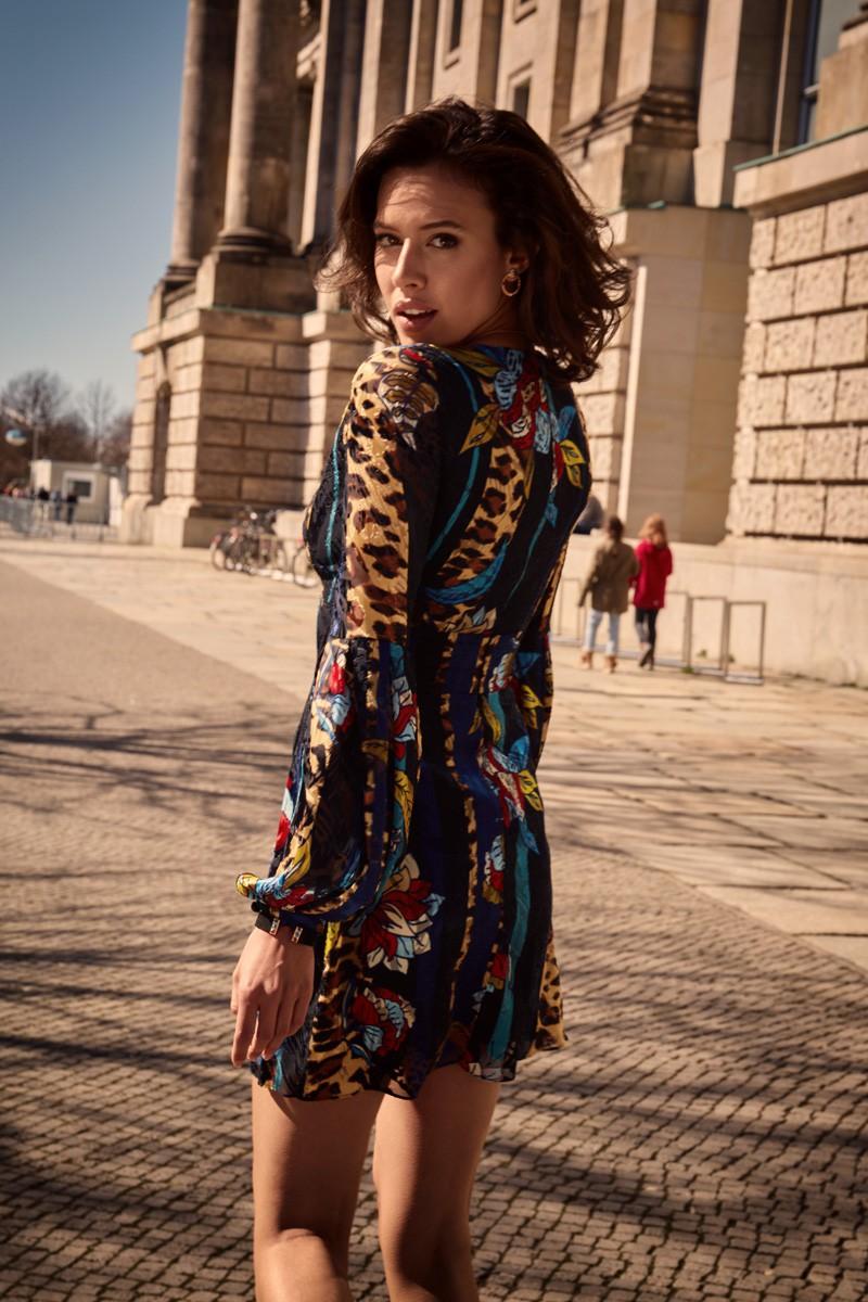 https://kostes.eu/pl/glowna/533-sukienka-z-glebokim-dekoltem.html